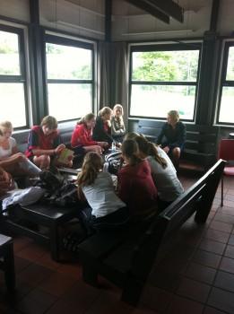Trainers HC Twente bij hun voorbereiding