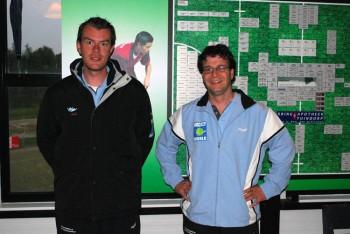 Frank Geers en Ron Janssen tonen trots de nieuwe kleding